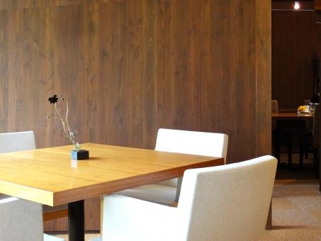 テーブルと椅子4つ